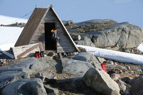 Sentinel bay glaciology hut.jpg