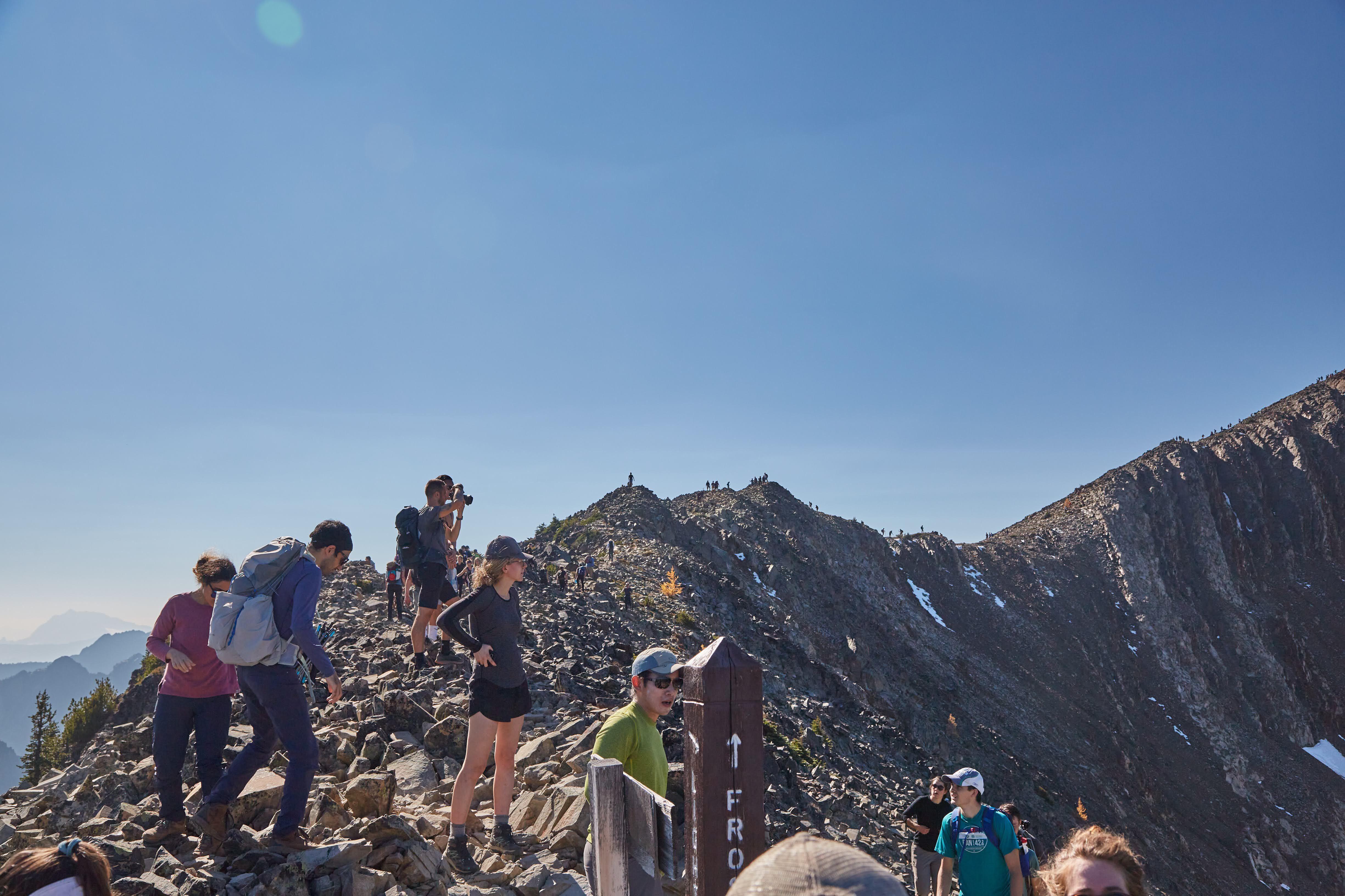 The crowds on the ridge up to Mt. Frosty. Photo by Radek Kloska.